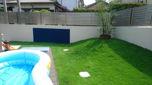 芝生の丘がある庭