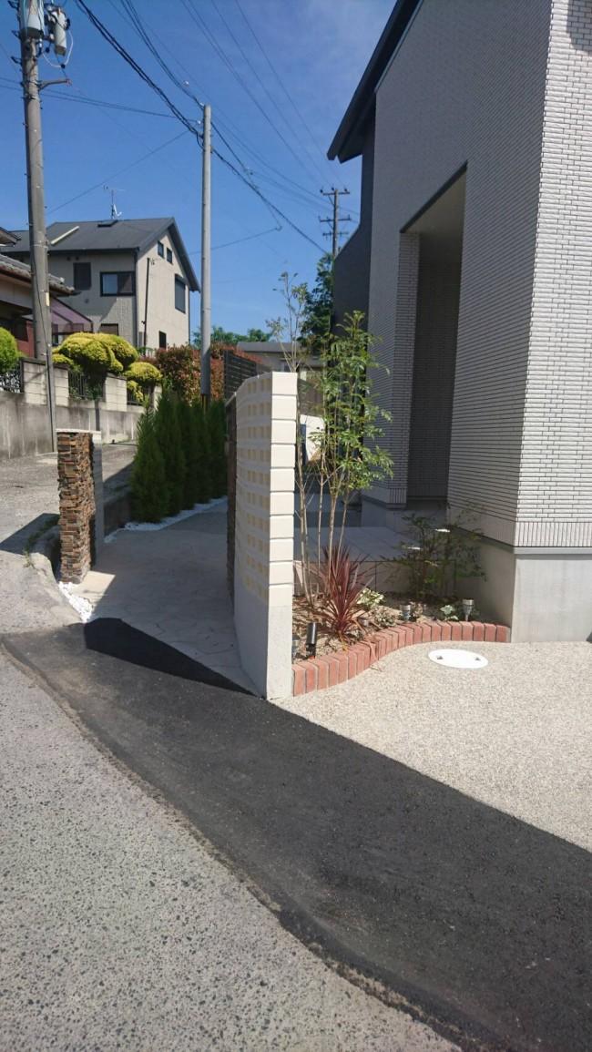 敷地にあわせて曲面の塀
