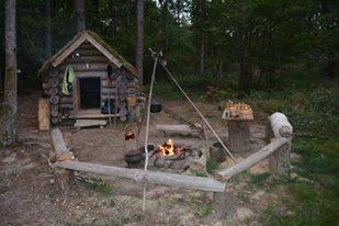 Nos terres auront bientôt plusieurs petites isba (maisons en rondins), des datcha (maisons de planches), un camp d'entrainement aux arts martiaux cosaques, une fermette avec moutons, chèvres et même chevaux!