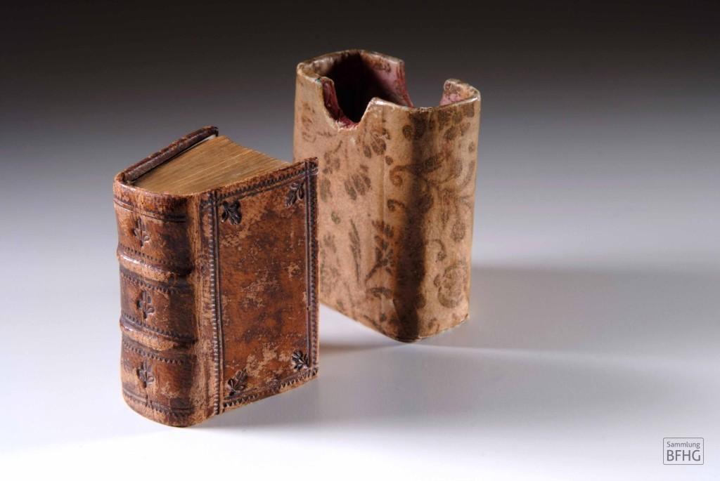 »Haarknotenbibel« (»Bible de chignon«) – Bibel und Schuber / © Sammlung BFHG
