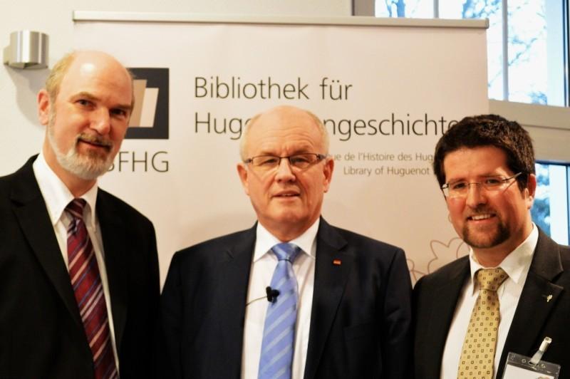 (v.l.n.r.) Prof. Dr. Thomas Schirrmacher, Wissenschaftlicher Beirat der BFHG; Volker Kauder (CDU), Fraktionsvorsitzender im Dt. Bundestag; Daniel Röthlisberger, Leiter der BFHG / © BFHG