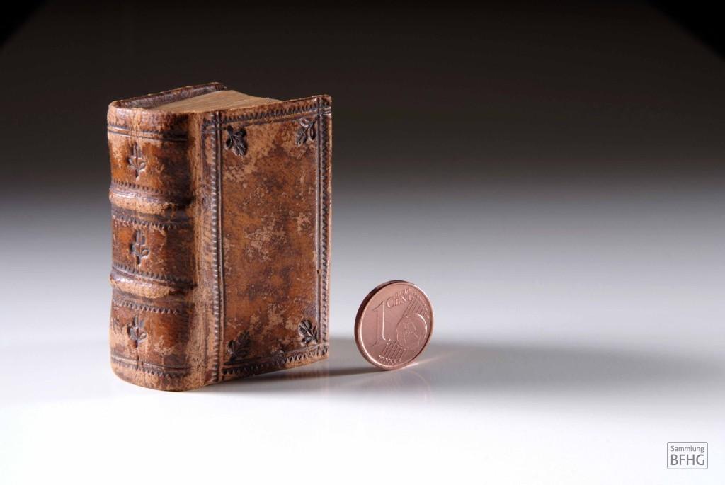 »Haarknotenbibel« (»Bible de chignon«) – Kleinstformat mit 1-Cent-Stück / © Sammlung BFHG