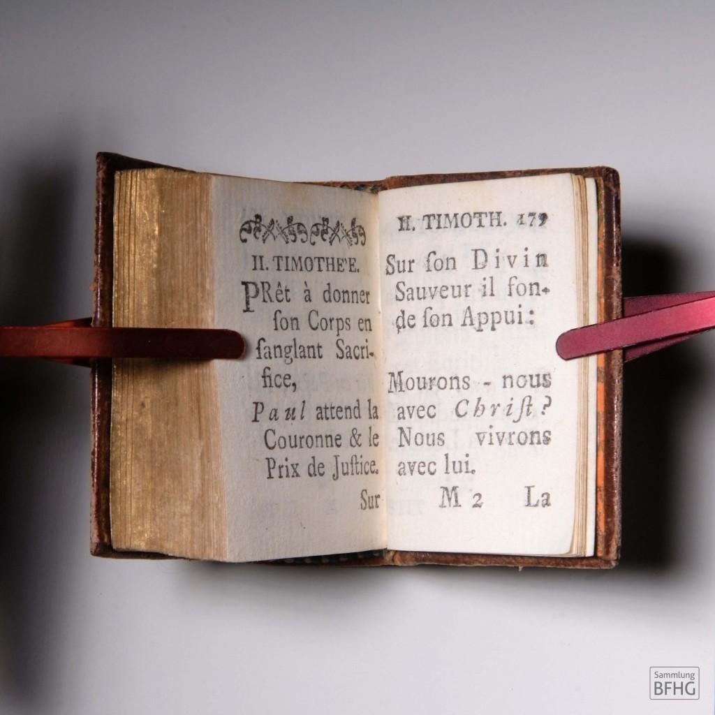 »Haarknotenbibel« (»Bible de chignon«) – Doppelseite 2. Timotheusbrief (Neues Testament) / © Sammlung BFHG