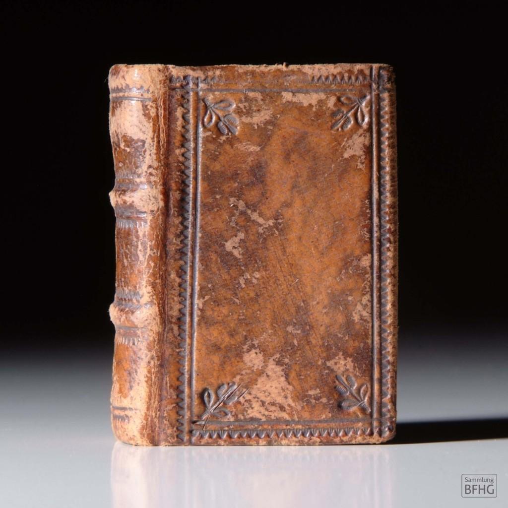 »Haarknotenbibel« (»Bible de chignon«) – Ledereinband mit Ornamenten / © Sammlung BFHG