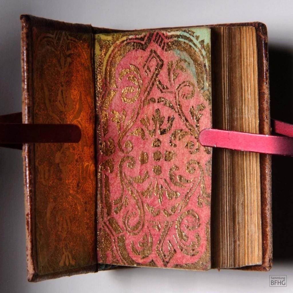 »Haarknotenbibel« (»Bible de chignon«) – Marmoriertes Vorsatzpapier (handgemacht, Farbe bordeauxrot und gold) / © Sammlung BFHG