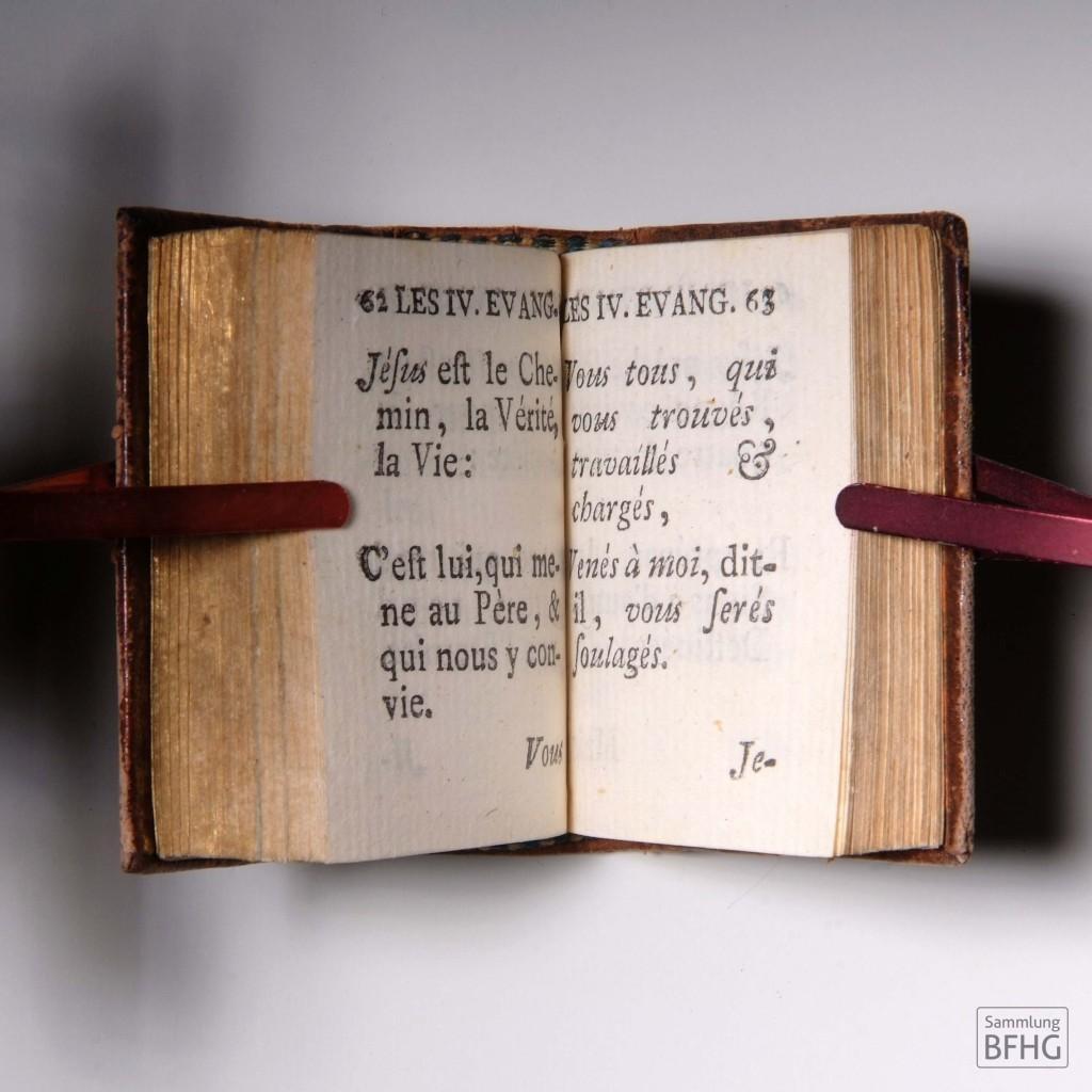 »Haarknotenbibel« (»Bible de chignon«) – Doppelseite Evangelien (Neues Testament) / © Sammlung BFHG