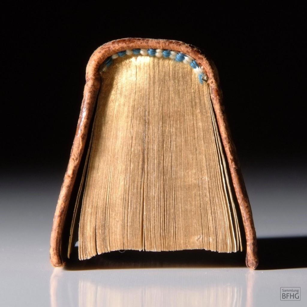 »Haarknotenbibel« (»Bible de chignon«) – Goldschnitt und alternierende Fadenbindung in den Farben weiß und türkis / © Sammlung BFHG