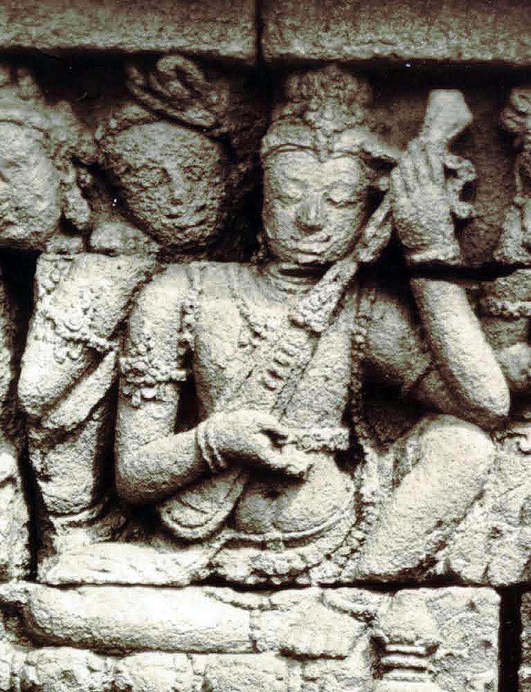 Rare représentation d'un luth avec ses frettes. Borobudur. IXe s. Deuxième galerie.