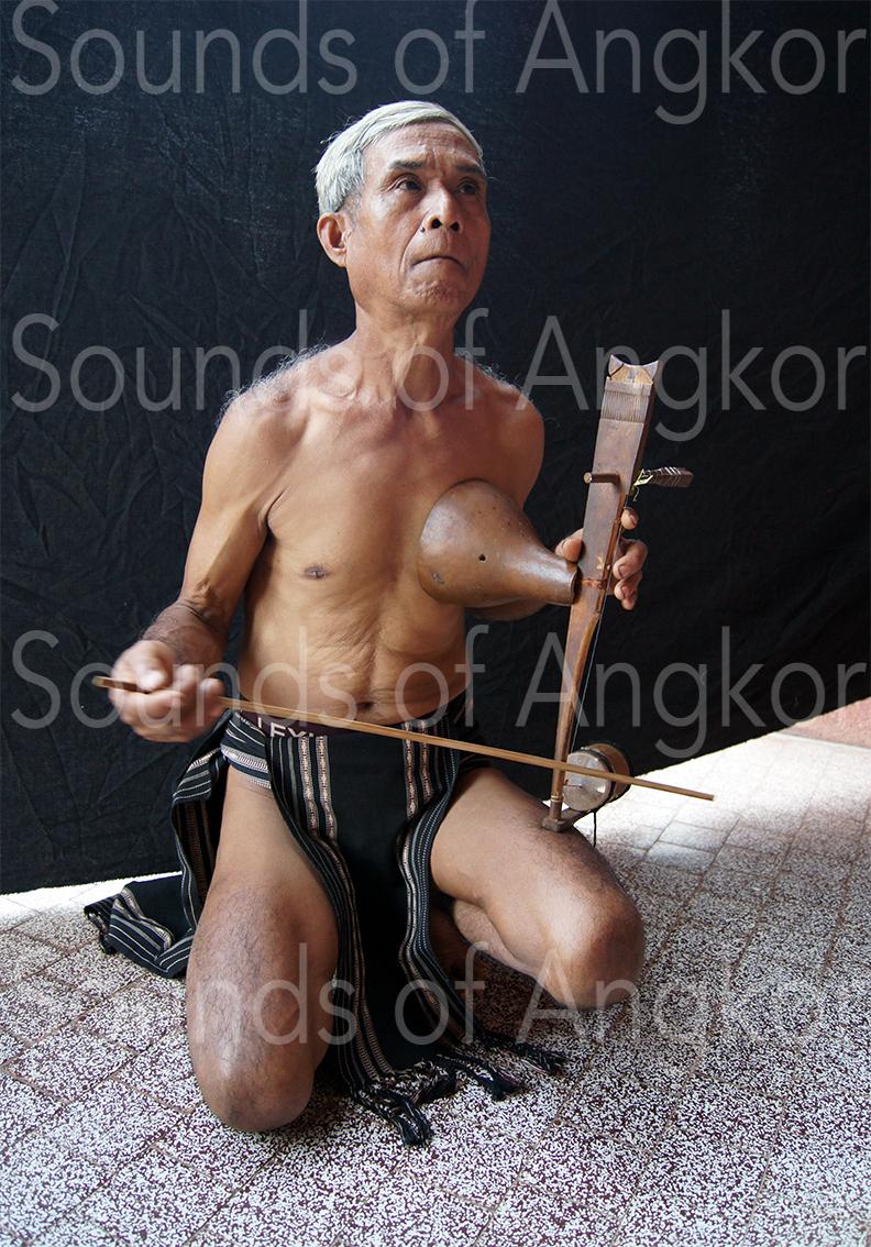Joueur de vièle de l'ethnie tampuon.