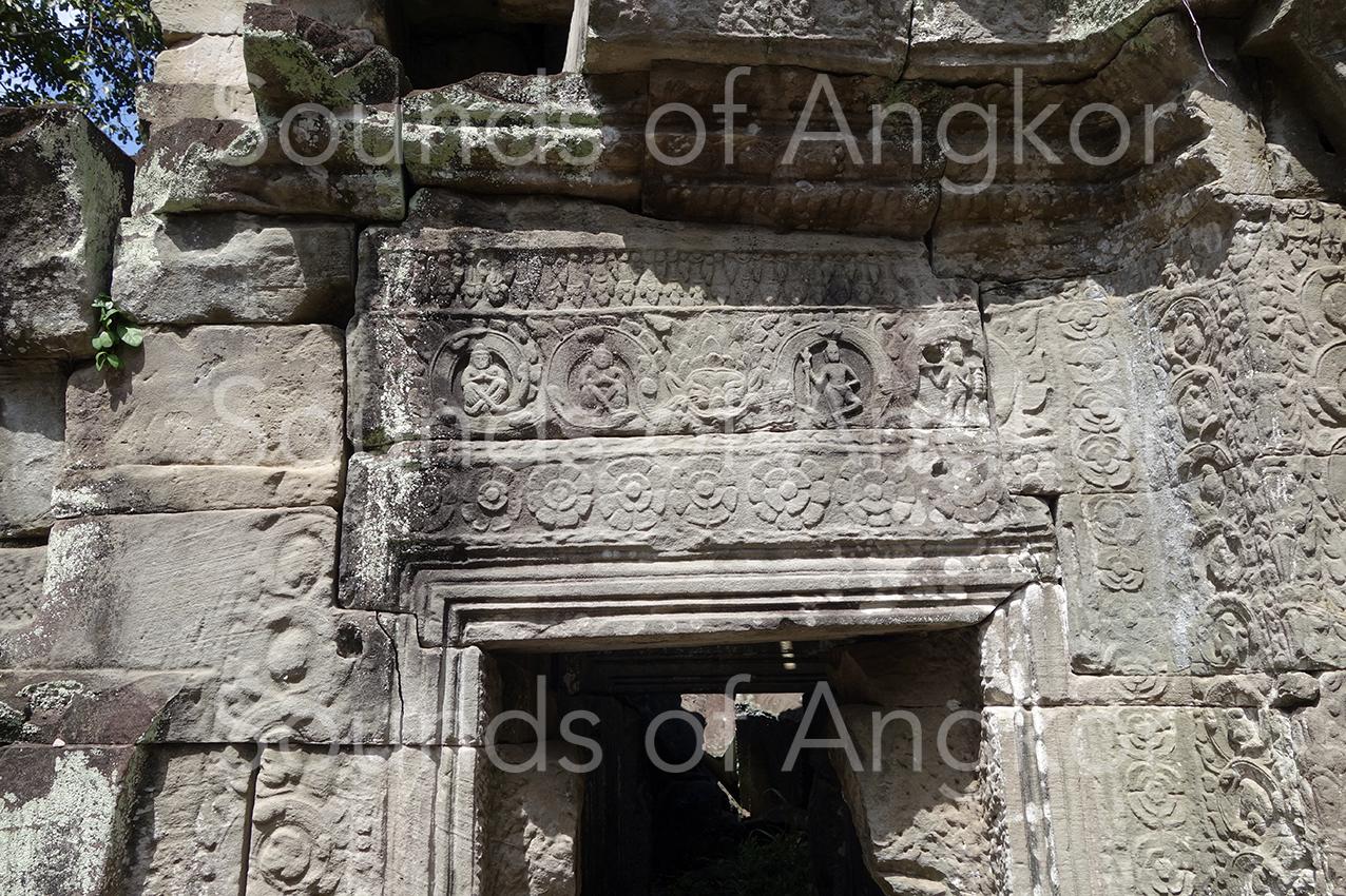 Porte avec linteau avec Rahu flanqué d'ascètes. Preah Khan d'Angkor.