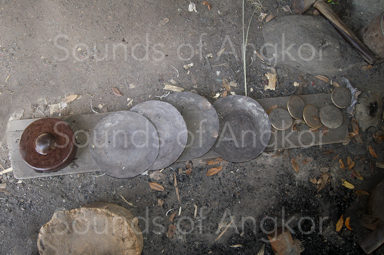 De G. à D. : gong bulbé de de roneat, galettes de bronze, lingots de bronze.