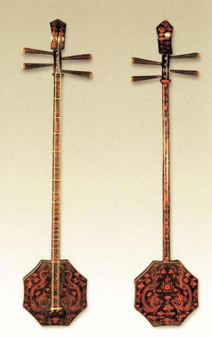 Shuangqing, hexagonal-shaped soundbox lute, Qing period (1644-1912). Gift of Yang Dajun, Zhongguo yinyue yanjiusuo. Length 102 cm, width 20 cm. LIU Dongsheng, Zhongguo gudai yueqi, Hubei Meishu chubanshe, 2003, ill. 277