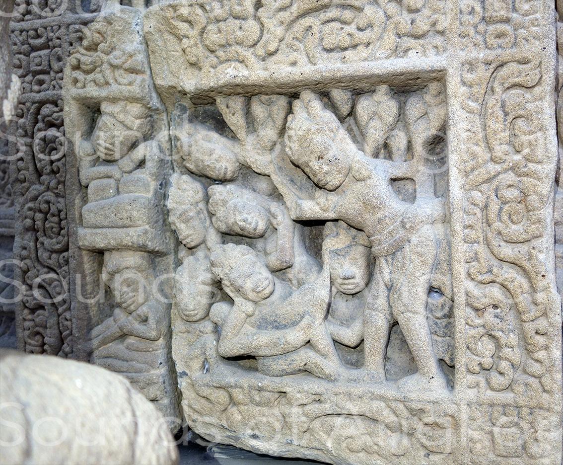 Le départ du Prince Siddhārtha Gautama parmi les musiciennes endormies.