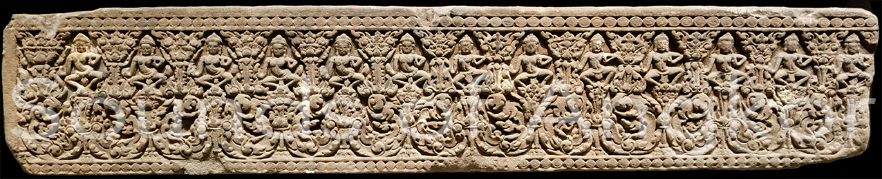 Frise de danseuses en miroir. Preah Pithu. Bandeau de soubassement. Musée Guimet. Milieu XIIe s.