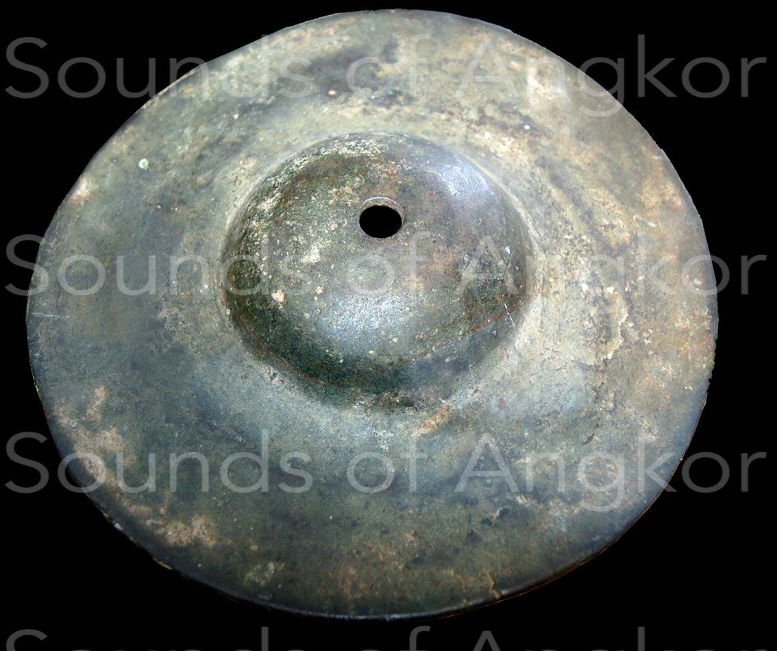 Cymbale à calotte hémisphérique. Musée National du Cambodge.