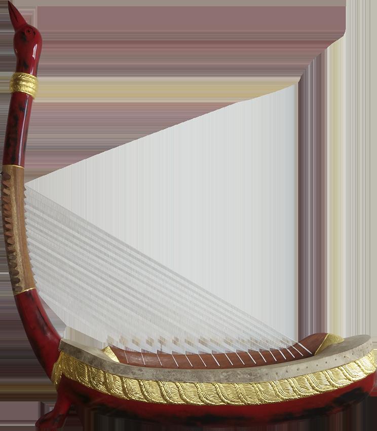 Harpe angkorienne avec un pied. Maître d'ouvrage/œuvre : P. Kersalé. Facteurs : Thean Nga, Leng Pohy. Laque acrylique multicouche : Philippe Brousseau. Cordage : P. Kersalé. Siem Reap 2019.