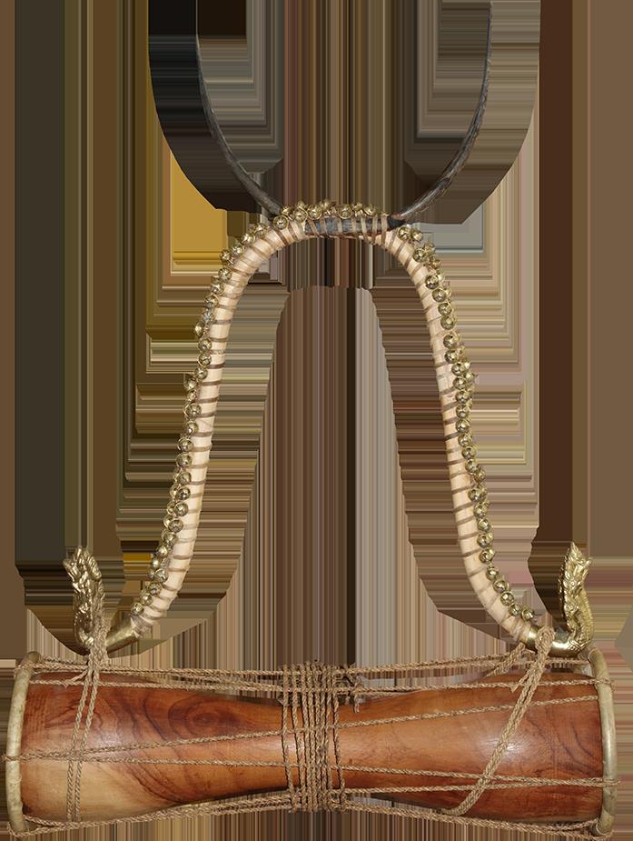 Tambour sablier timila avec liens de fibre de palmier. Maître d'œuvre/ouvrage : Patrick Kersalé. Facteur : Thean Nga. Naga : Sopheap Khmer. Siem Reap. 2018.