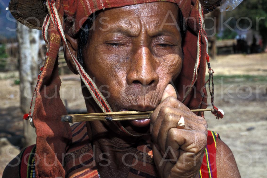 Guimbarde des Oy placée à l'envers. Remarquez la charge de cire sur la languette et la réserve au bout de l'instrument. Laos.
