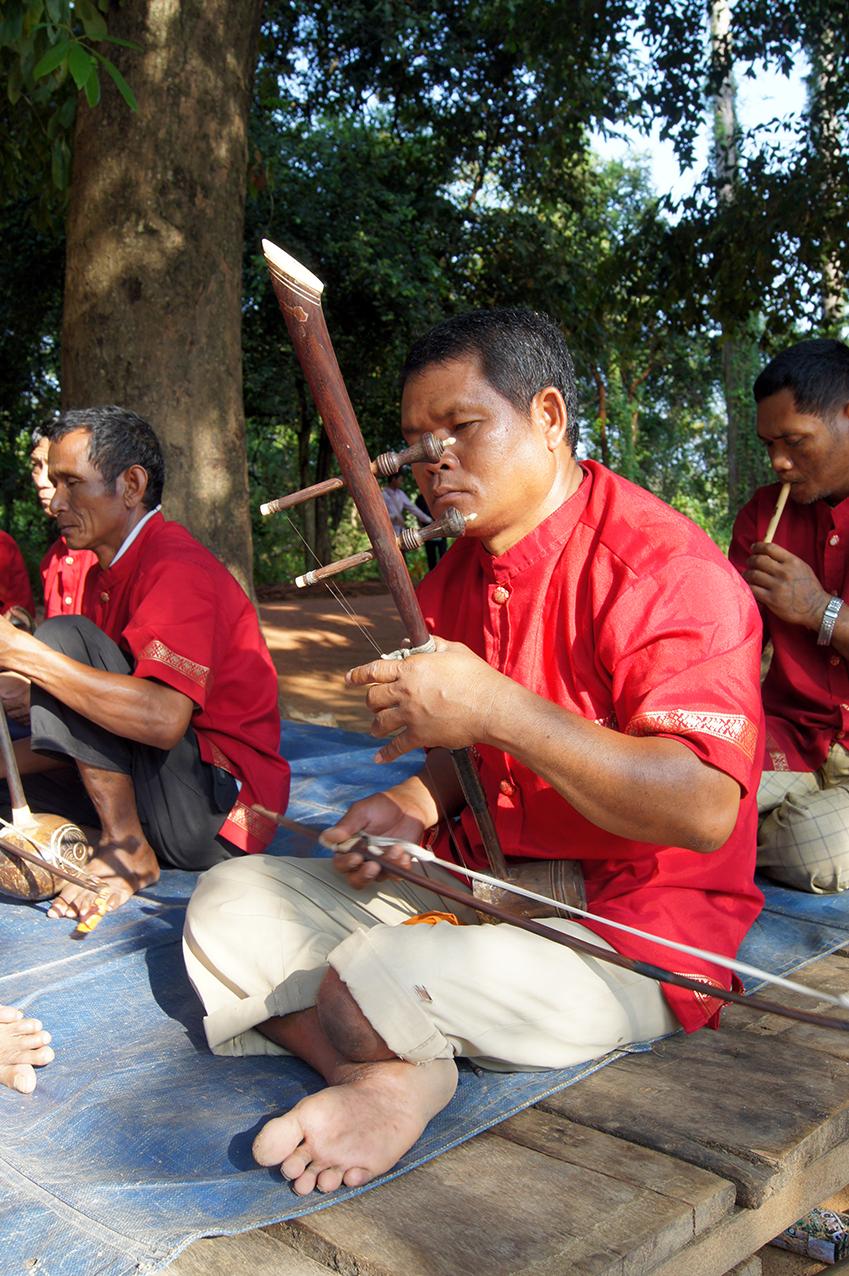 tro che of the phleng mahori. Banteay Srei 2010.