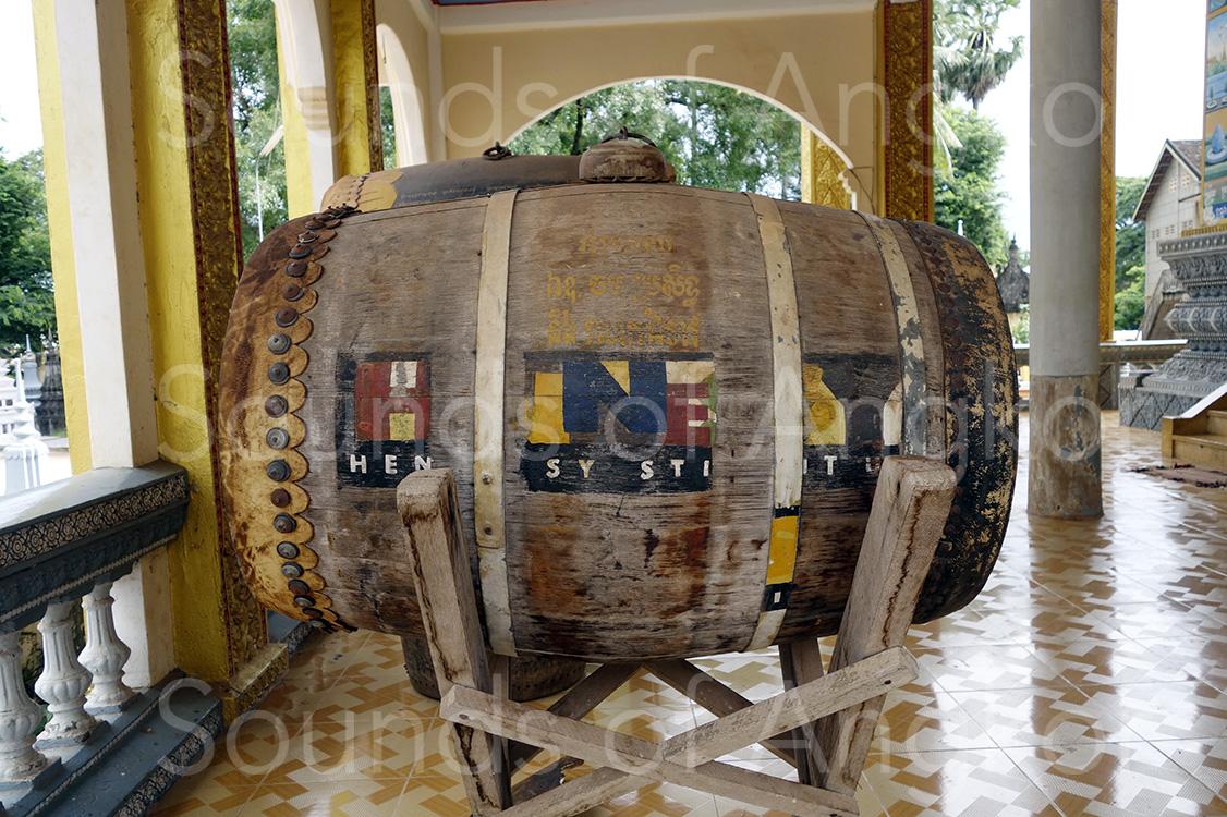 Le tambour Hennessy du Vat Svay sur son support (Siem Reap). Les peaux sont fixées avec des clous métalliques. 2016.