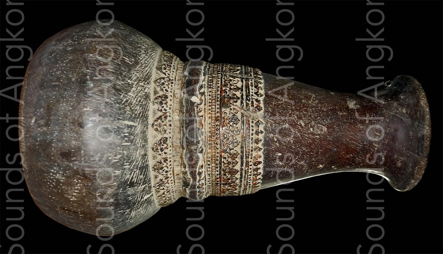 Tambour de l'orchestre mahori du roi Sisowath Monivong.  Coll. privée.