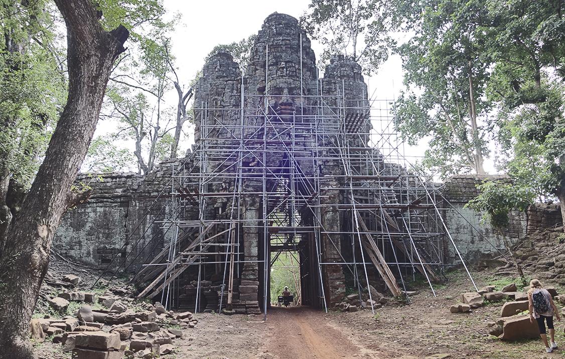 Restauration de la porte ouest d'Angkor Thom. Octobre 2020.
