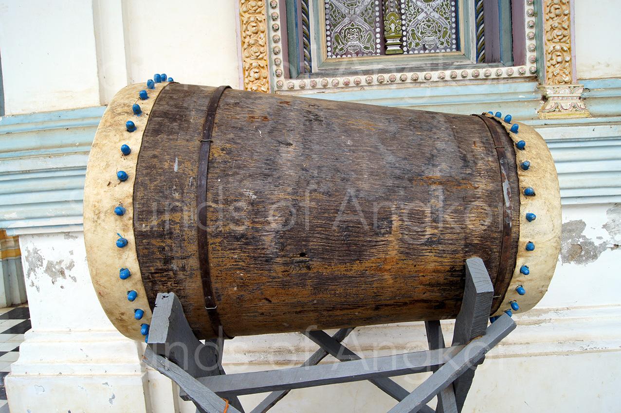 Conical skor yeam in coconut wood. Wat Sao Mono, Battambang. 2010.