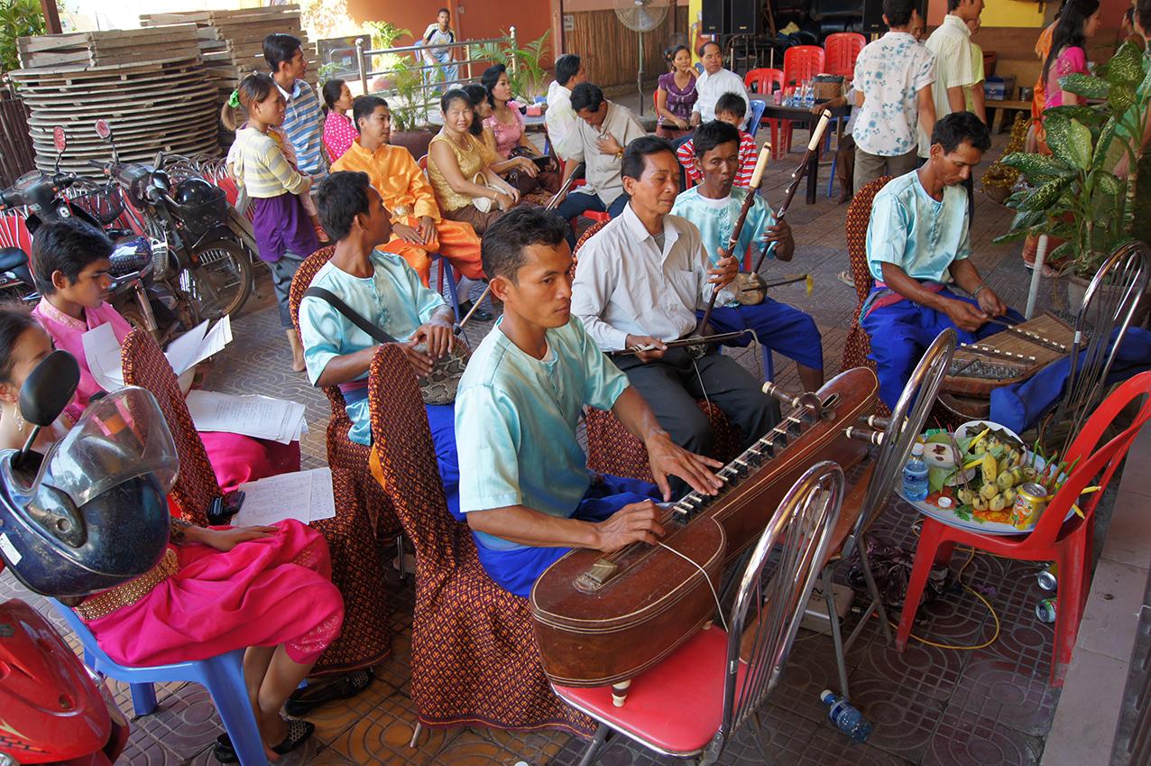 Orchestre de mariage phleng kar. Joueur de krapeu. Siem Reap 2010.