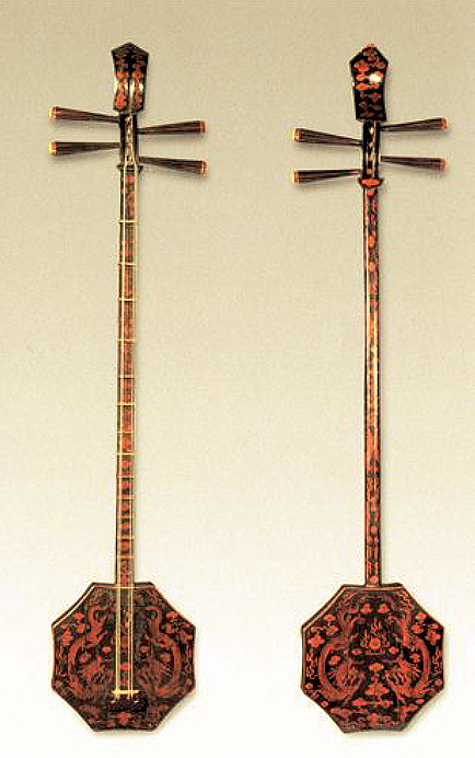 Luth à caisse hexagonale dit shuangqing, époque Qing (1644-1912) Don de Yang Dajun, Zhongguo yinyue yanjiusuo. Longueur 102 cm, largeur de la caisse 20 cm. LIU Dongsheng, Zhongguo gudai yueqi, Hubei Meishu chubanshe, 2003, ill. 277