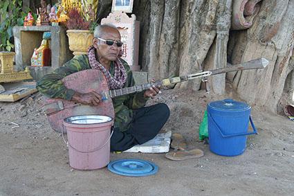 Keo Samnang, joueur de chapei non-voyant dans les rues de Phnom Penh en 2011.