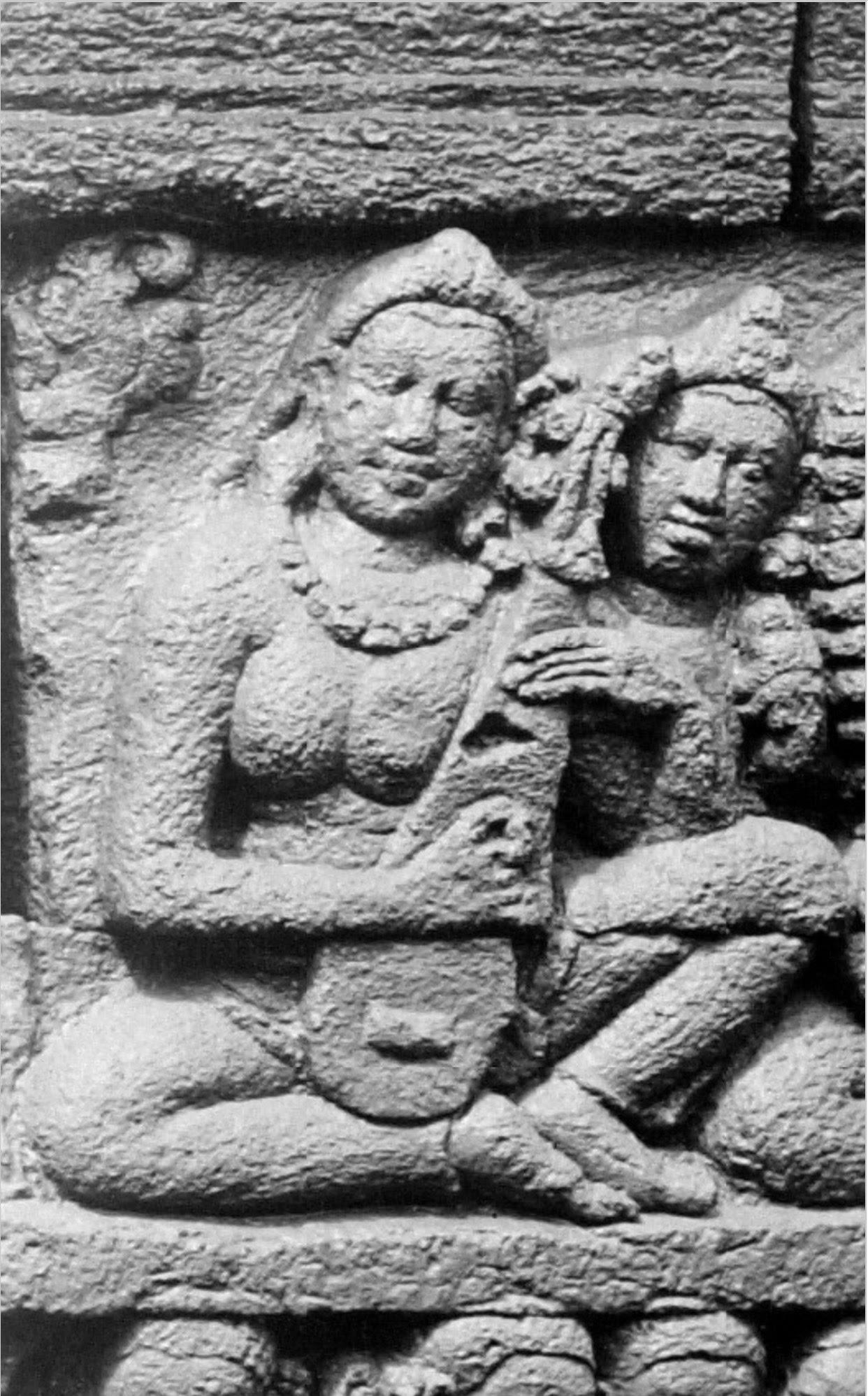 Luth tricorde. Remarquez le chevalet. Borobudur. IXe s. photo Kassian Céphas, 1890-91.