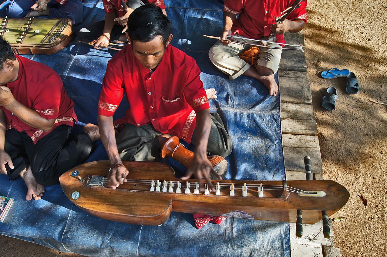 Orchestre mahori. Joueur de krapeu. Banteay Srei 2010