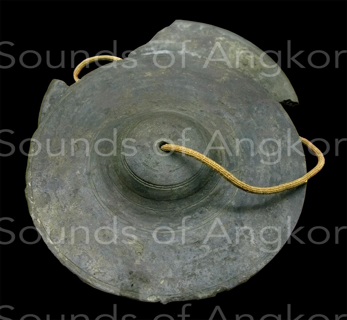 Cymbales angkoriennes moulées (?). Les liserés semblent être liés au moule de terre réalisé avec un outil tournant. Musée National de Bangkok.