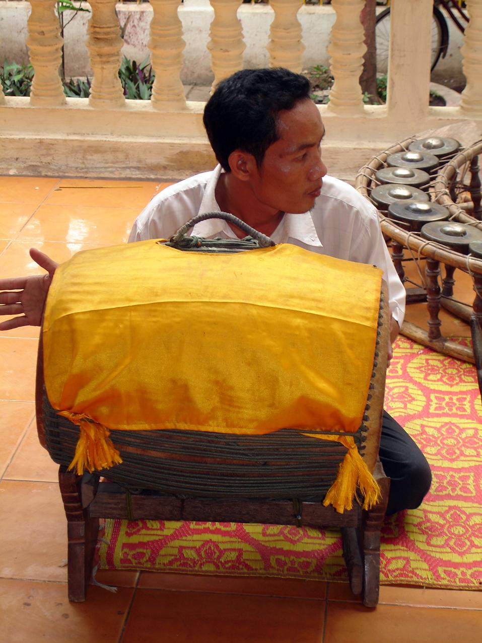 Samphor recouvert d'une étoffe jaune. Preah Ang Chek Preah Ang Chorm. ព្រះអង្គចេក ព្រះអង្គចម. Siem Reap 2008.