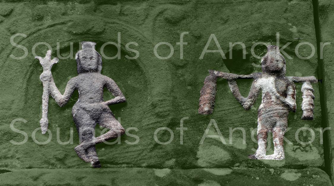 Porteur de deux arbres à cloches sur une palanche devant un ascète portant le trident de Shiva. Colorisé. Preah Khan d'Angkor.
