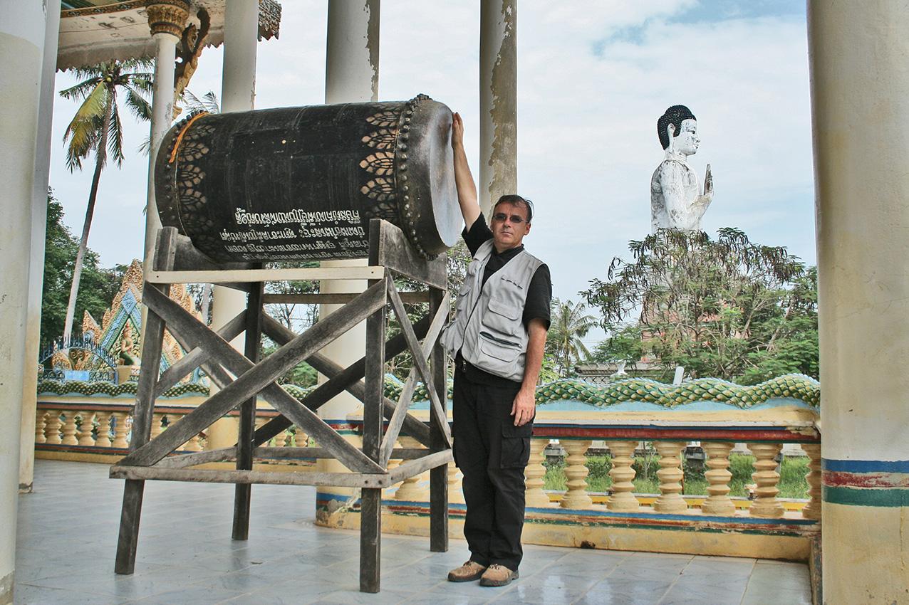 Patrick Kersalé donne l'échelle de grandeur du tambour sur son support. Vat Ek Phnom, Battambang. 2010.