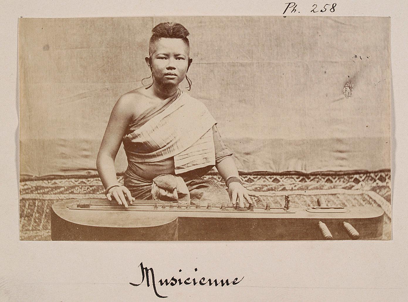 Joueuse de krapeu de la cour du roi Norodom. © Émile Gsell c. 1866-70.
