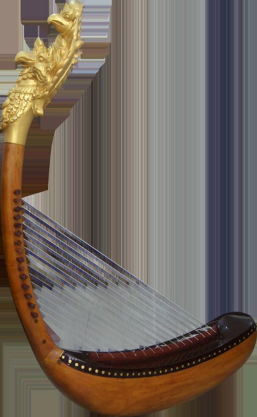 Première harpe à tête de Garuda reconstituée, sans pieds. Maître d'œuvre/ouvrage : P. Kersalé. Facteurs : Keo Sonan Kavei, Kranh Sela. Cordage et dorure : P. Kersalé. Phnom Penh 2012.