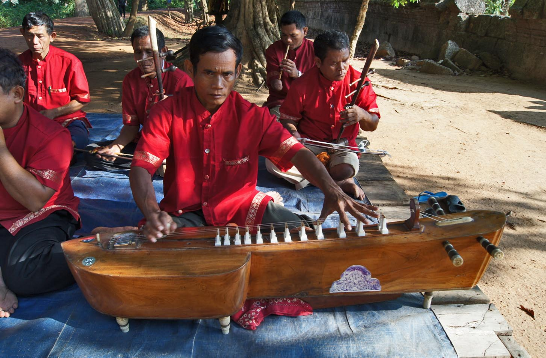Orchestre mahori. Joueur de krapeu. Banteay Srei 2010.