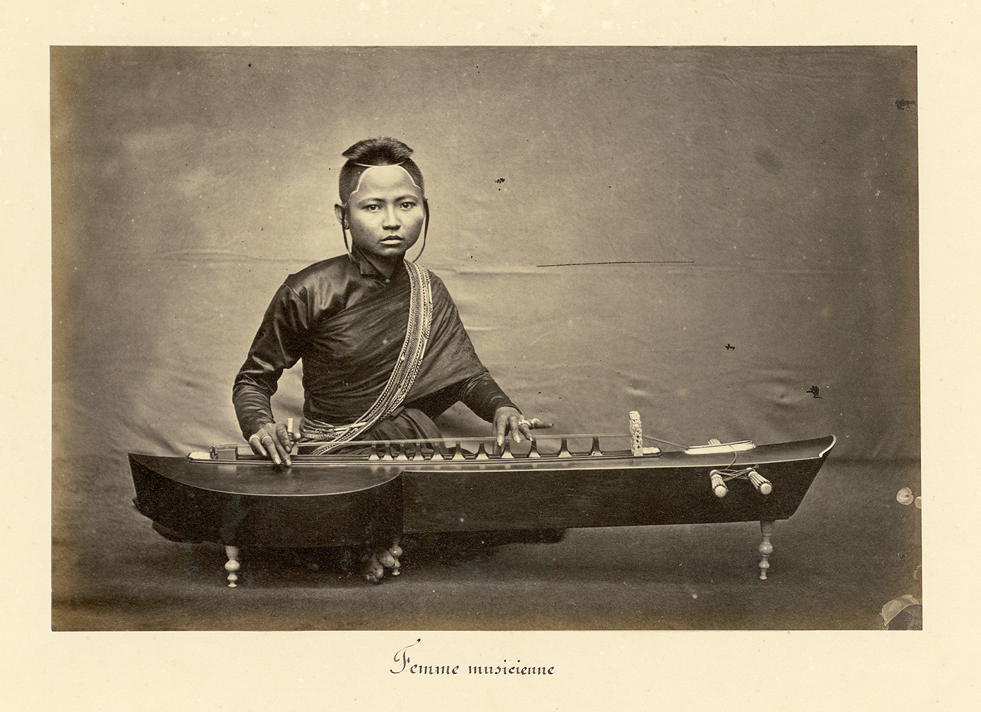 Joueuse de krapeu de la cour du roi Norodom. © Émile Gsell c. 1866-71.