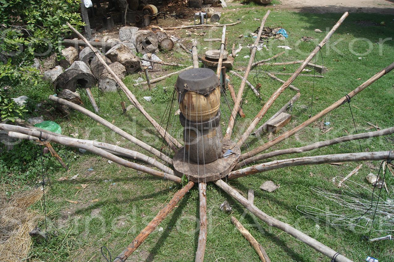 Système de tension traditionnel de la peau. Phnom Penh. Juillet 2012.