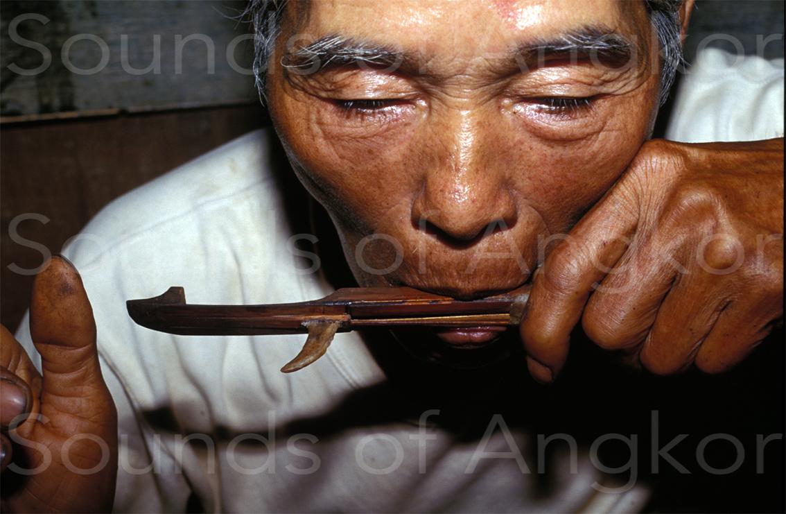 Guimbarde des Êdê avec sa charge de cire en forme de corne de buffle. Vietnam.