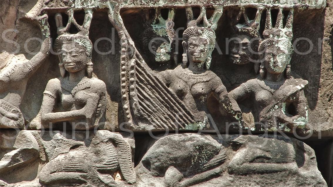 L'orchestre de Banteay Samrè : harpistes et citharistes.