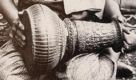 Tambour de l'orchestre mahori du roi Norodom. Photo Émile Gsell c.1866-70.