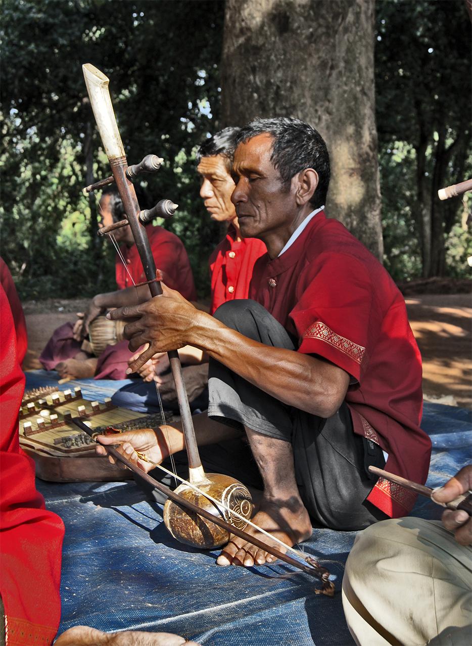 tro ou du phleng mahori. Banteay Srei 2010.