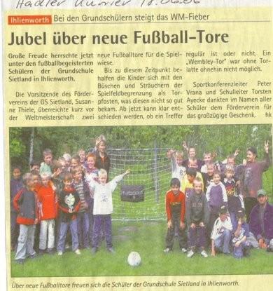Im Sommer schenkte der Förderverein den Schulkindern Fußballtore (Hadler Kurier, 18.06.2006)