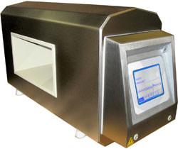 Geschlossener, rechtwinkeliger Tunnel, der mit integrierter Elektronik ausgestattet. Er ist für die Installierung auf dem Förderband geeignet.