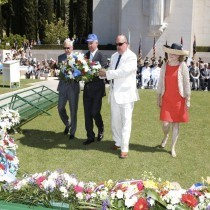 Katz Family laying wreath - 2013