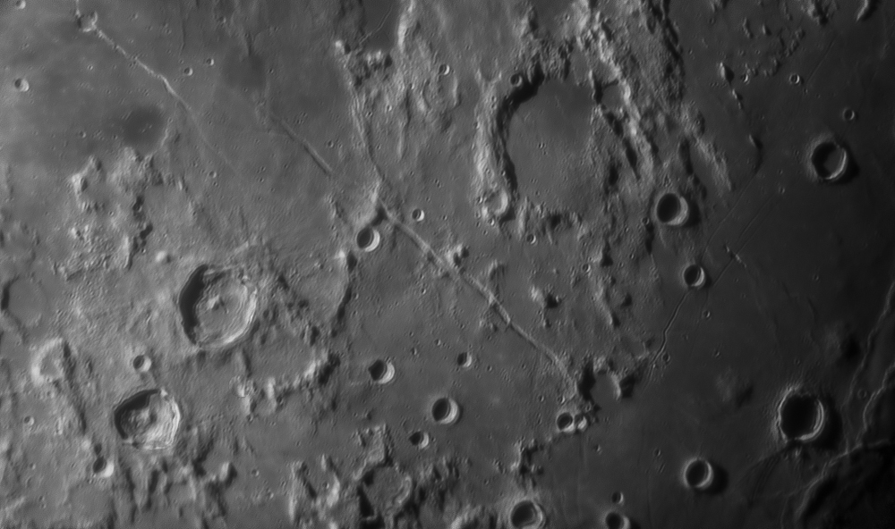 Grands cratères de gauche à droite : Godin, Agrippa, Jules César, de gauche à droite rima Hyginus, rima Ariadaeus, rima Sosigenes