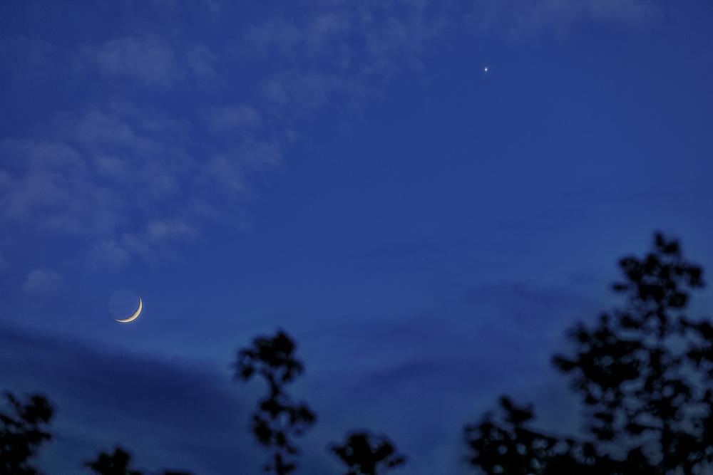 2020-04-26 à 20h03 heure locale française. Rapprochement de la lune à son 4ème jour et de la planète vénus _ 300mm EOS full frame HDR)